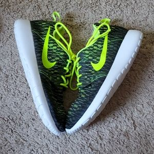 Nike Black and Volt Rosherun Flight Weight Shoes
